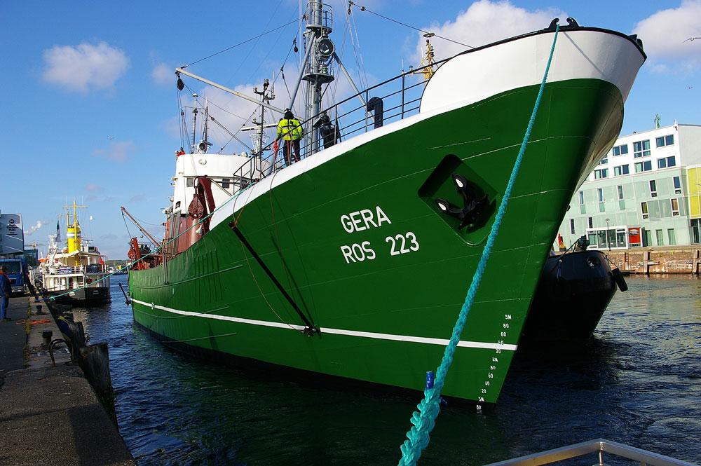 Die Gera wird an ihren Liegeplatz im Fischereihafen I verholt.